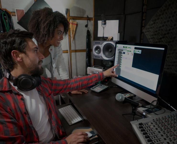 Een stemacteur die een voicemail inspreekt kijkt naar de eindmontage.